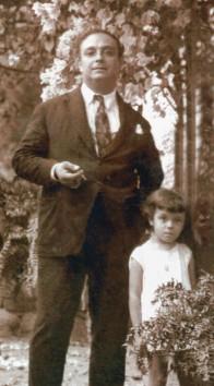 BIO Pedro Bruno na  lateral da casa com uma criança.jpg